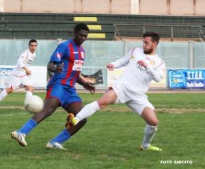 Opoku si porta la palla foto Anicito