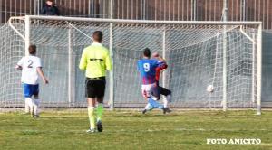 Come si vede nella foto palla dentro la linea per l arbitro non e gol  foto Anicito